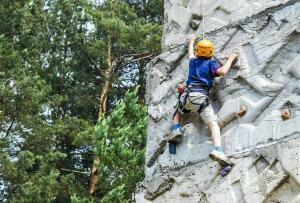 Escalar en un rocódromo, una buena manera de iniciar a los niños en la escalada